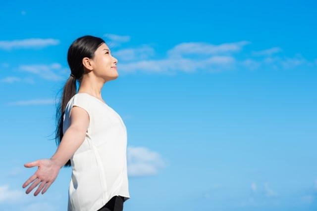健康な深呼吸をする女性