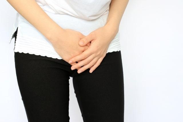 下腹部を押さえる女性